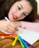 jeune fille écrivant une lettre