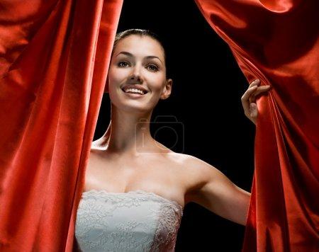 Photo pour Une très belle fille derrière les coulisses - image libre de droit