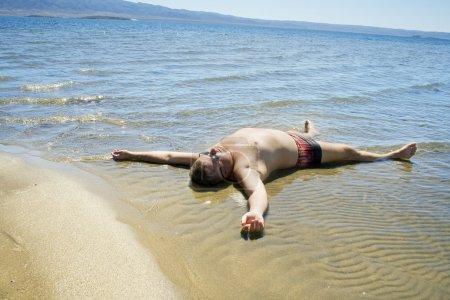 Hombres descansando en el agua