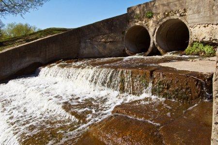 Photo pour Eau sortant de deux tuyaux de drainage en béton . - image libre de droit