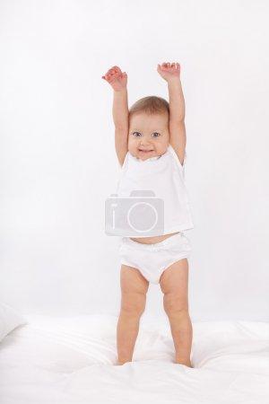 Photo pour Beau bébé au lit - image libre de droit