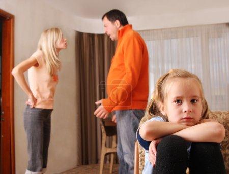 Photo pour Les parents jurent, et les enfants souffrent - image libre de droit