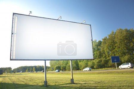 Photo pour Panneau d'affichage pour la publicité sur fond de ciel - image libre de droit