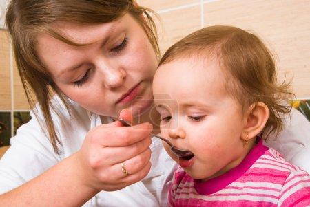 Photo pour Mamans se nourrit l'enfant - image libre de droit