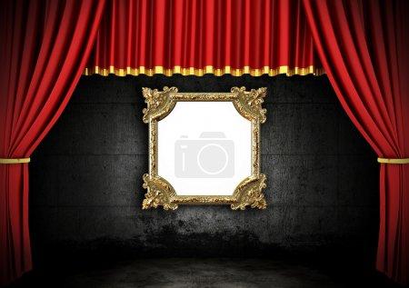 Photo pour Théâtre Scène Rouge Drapes et cadre doré dans une pièce sombre - image libre de droit