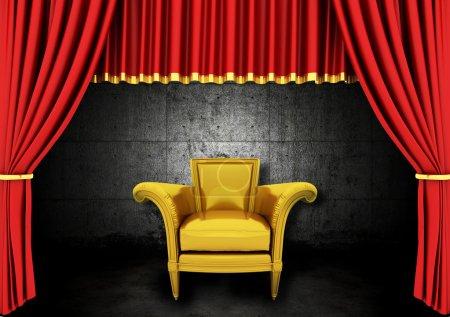 Photo pour Théâtre Scène Rouge Drapes et fauteuil doré dans une pièce sombre - image libre de droit