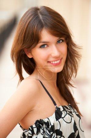 Photo pour Portrait de charmante jeune femme souriante . - image libre de droit