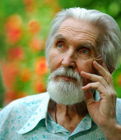 Photo pour Le vieil homme à la barbe se souvient des jours d'un ancien adolescent . - image libre de droit