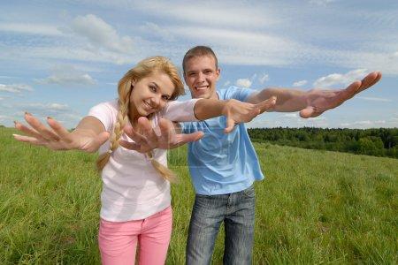Foto de Dos jóvenes hermosas reír y clavada frente a la cámara - Imagen libre de derechos