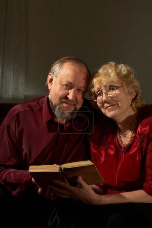 Photo pour Homme âgé et la femme sont désireux de regarder - image libre de droit
