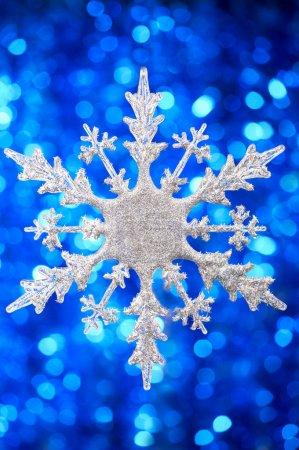 Foto de Fondo plateado copo de nieve en un parpadeo azul - Imagen libre de derechos