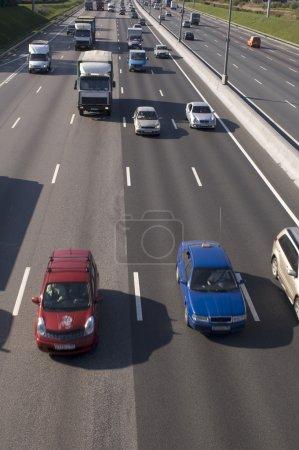 Photo pour Autoroute de Moscou dans la journée - trafic - image libre de droit