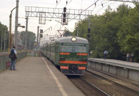 Photo pour Arrivée du train électrique sur le quai - image libre de droit