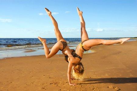 Photo pour Deux acrobates sur la plage - image libre de droit