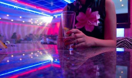 Photo pour Belle jeune femme dans la boîte de nuit - image libre de droit