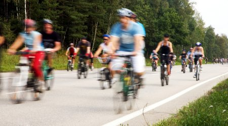 Photo pour Les cyclistes de motion floue à l'événement cycle - image libre de droit