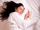belle jeune femme dormant