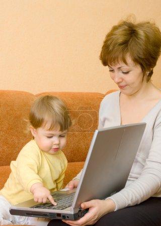 Photo pour Petite fille et la mère avec ordinateur portable - image libre de droit