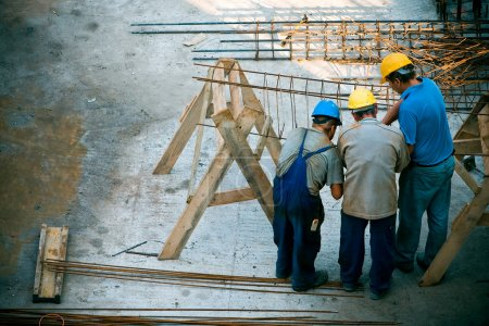 Photo pour Ouvrier travaillant sur un chantier de construction - image libre de droit