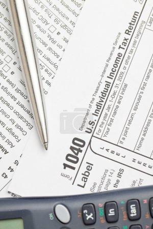 Photo pour Remplir les formulaires fédéraux de déclaration de revenus des particuliers - image libre de droit