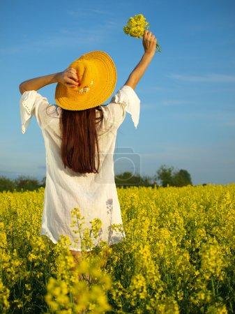 Photo pour Belle femme sur le terrain en fleurs - image libre de droit