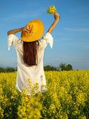"""Постер, картина, фотообои """"Красивая женщина на поле в Блум"""""""