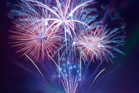 Photo pour Beaux feux d'artifice sur le fond du ciel noir - image libre de droit