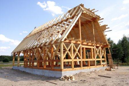 Photo pour Maison écologique en bois, zone de construction et construction - image libre de droit