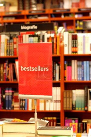 Photo pour Librairie et la place avec les meilleures ventes - image libre de droit