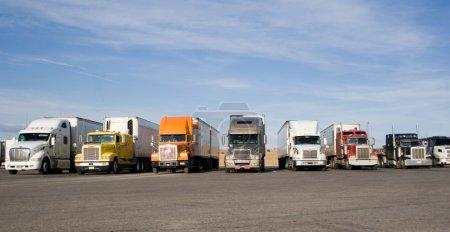 Photo pour Un groupe de gros camions dans une rangée - image libre de droit