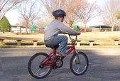 garçon monté sur un vélo