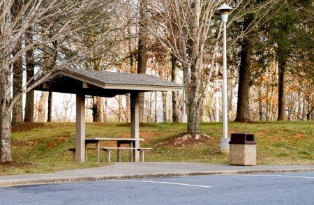Photo pour Une aire de pique-nique à une aire de repos routière . - image libre de droit