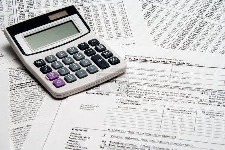 Photo pour Une calculatrice au dessus de la liasse fiscale. - image libre de droit