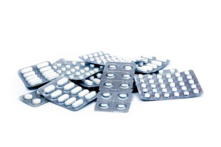 Photo pour Tas de pilules dans un blister isolé sur fond blanc - image libre de droit