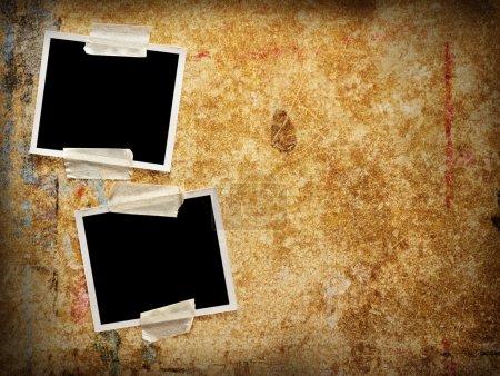 Photo pour Deux photographies vierges sur un fond en bois grunge - image libre de droit
