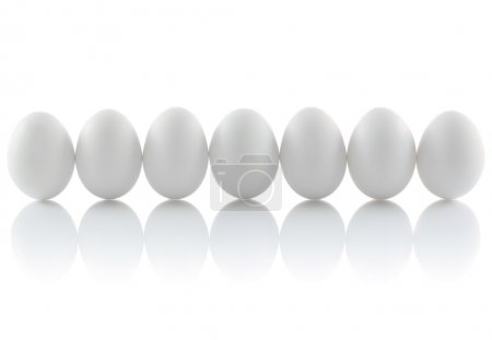 Photo pour Sept oeufs de poule dans une rangée - image libre de droit
