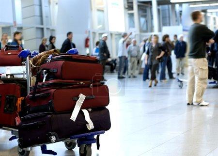 Photo pour Chariot à bagages avec bagages au terminal de l'aéroport - image libre de droit