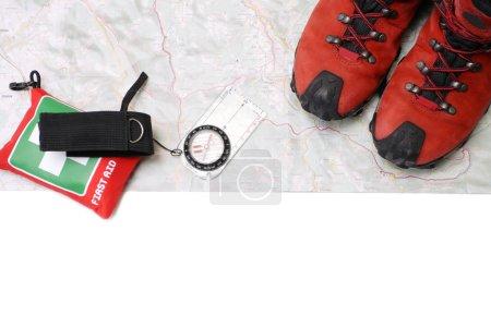 Photo pour Chaussures et équipement de randonnée sur la carte avec boussole (tracé de détourage) - image libre de droit