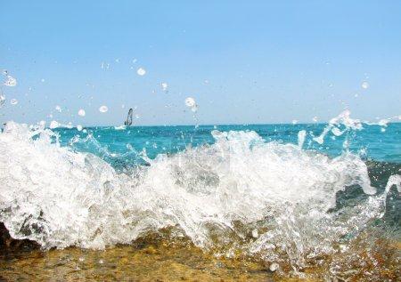 Photo pour Vague de mer avec des gouttes d'eau - image libre de droit