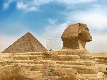 Photo pour Grande sculpture antique du sphinx et de la pyramide égyptiens - image libre de droit