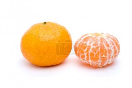 Photo pour Mandarine entière et Pelée isolé sur fond blanc - image libre de droit