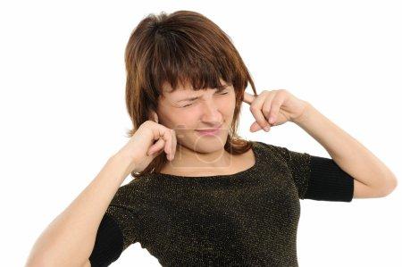 Photo pour Jeune femme avec ses mains sur ses oreilles, ne pas avoir entendu de bruit. - image libre de droit