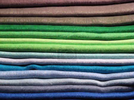 Photo pour Ensemble de vêtements colorés sur le marché - image libre de droit