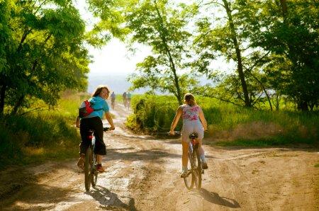 Photo pour Groupe mixte de cyclistes se détendre vélo - image libre de droit