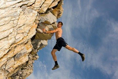 Photo pour Escalade sur un rocher escarpé - image libre de droit