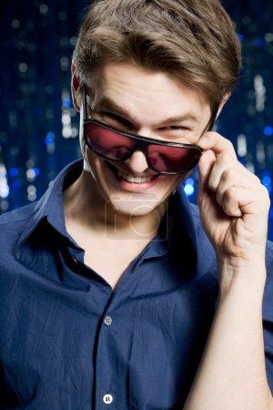 Photo pour Homme heureux portant des lunettes - image libre de droit