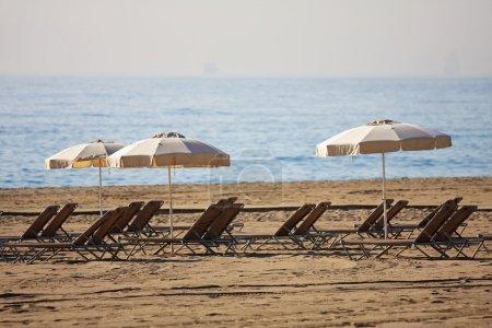Photo pour Des chaises longues attendent les touristes sur la plage - image libre de droit
