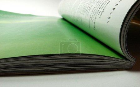 Photo pour Magazine papier ouvert - image libre de droit