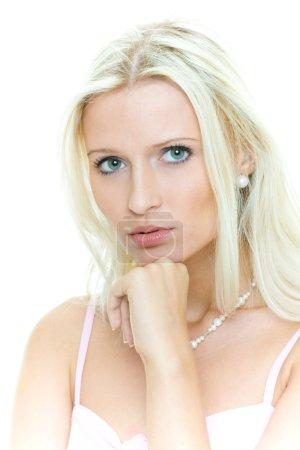 Photo pour Portrait de la jeune femme blonde grave - image libre de droit