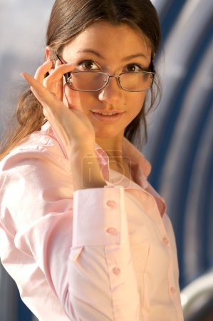Photo pour Belle jeune femme d'affaires portant une chemise rose - image libre de droit